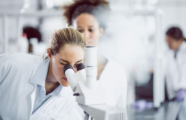 wissenschaftlerin-im-labor.jpg